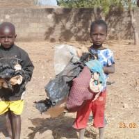 les_enfants_sont_recu_une_education_environnementale_et_participent_au_ramassage_des_dechets_plastiques_avec_leur_parents.JPG